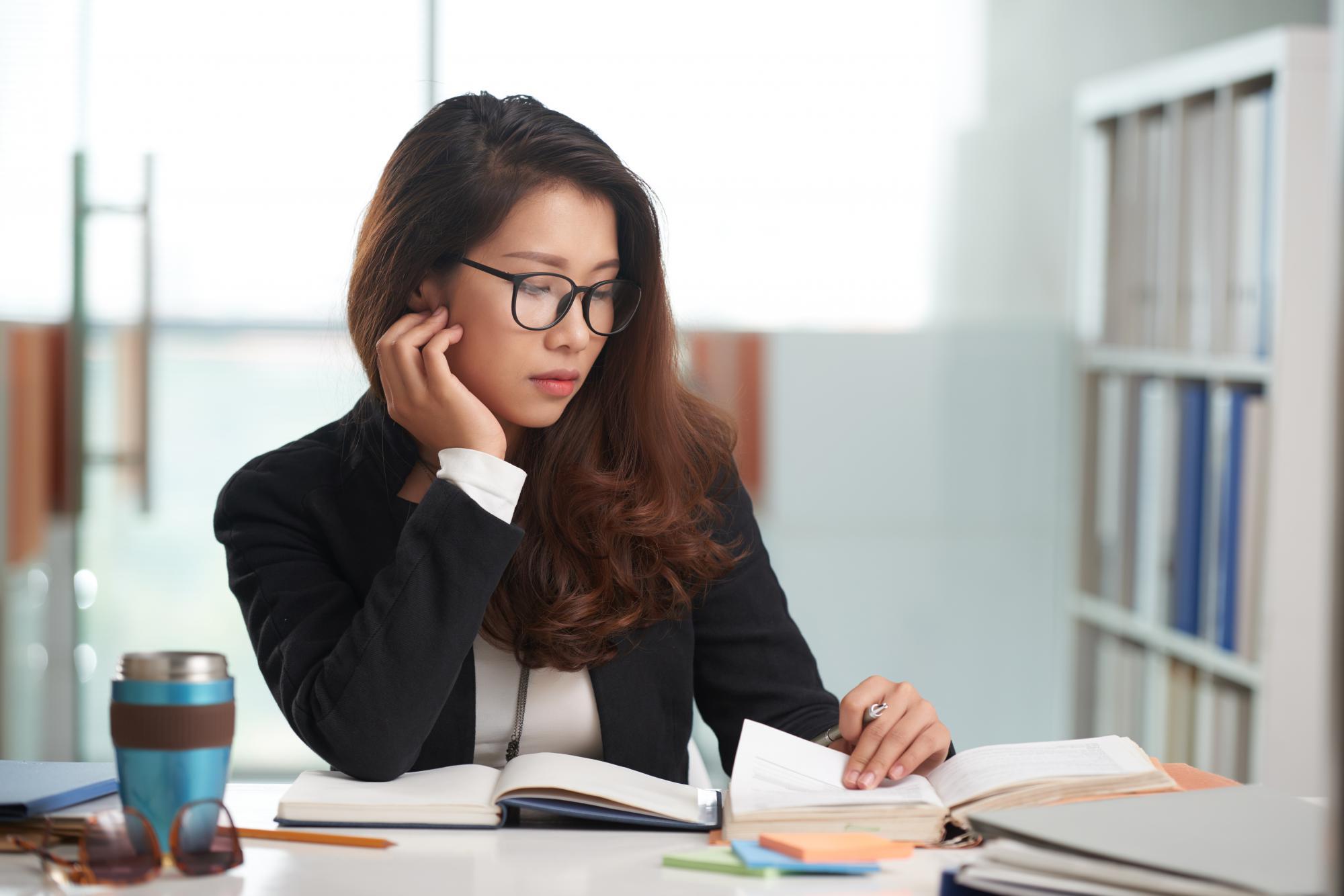 Как быть, если сотрудник принес исполнительный лист о восстановлении на работе с опозданием?