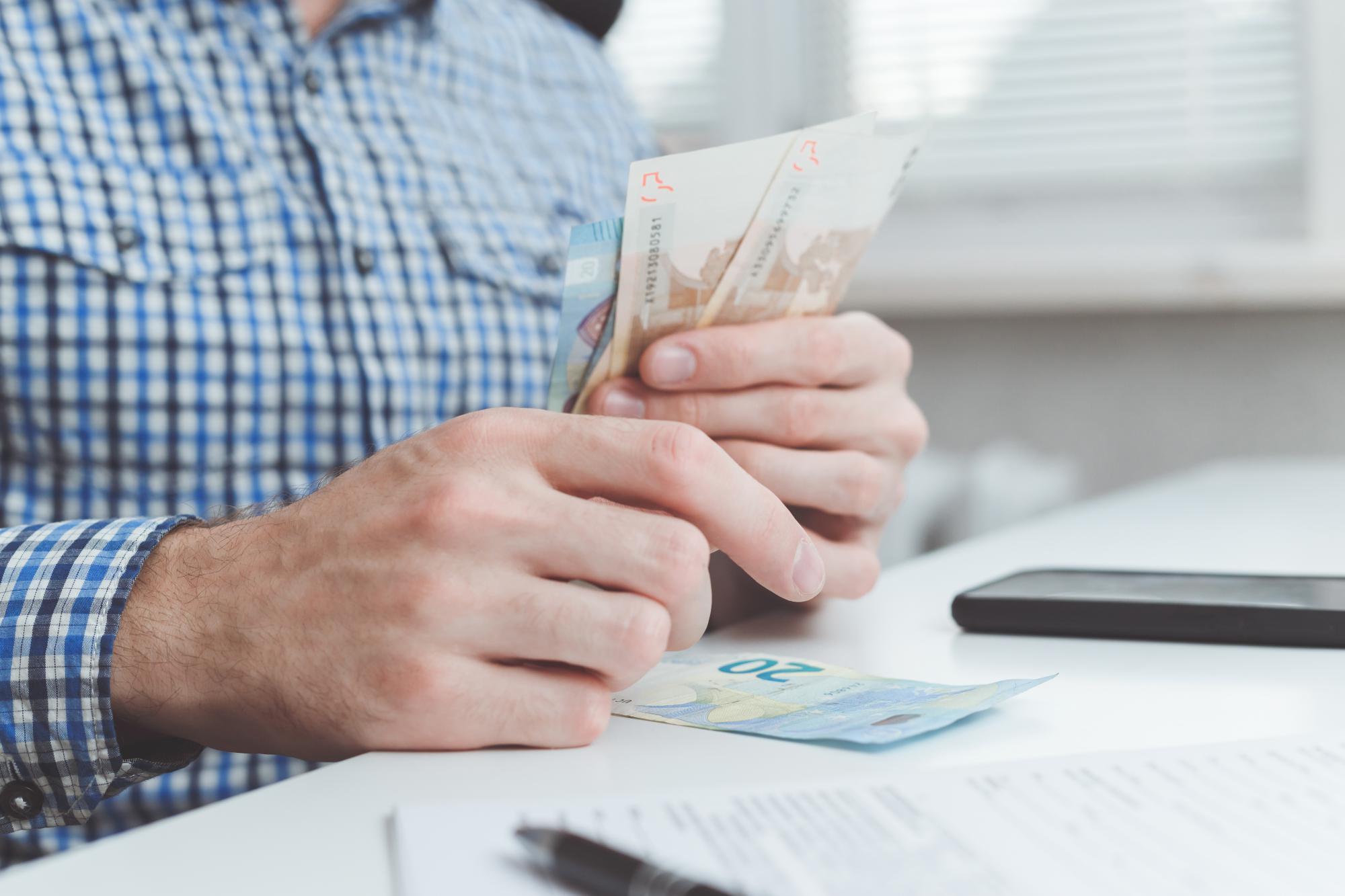 Во что обойдутся компании зарплатные карты и как списать эти издержки