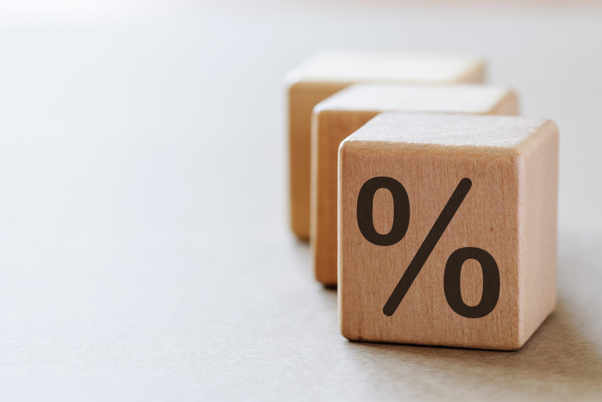 Для определения предельной величины процентов по займам, учитываемой в расходах, нужно сопоставлять условия по кредитам, выданным заемщиком