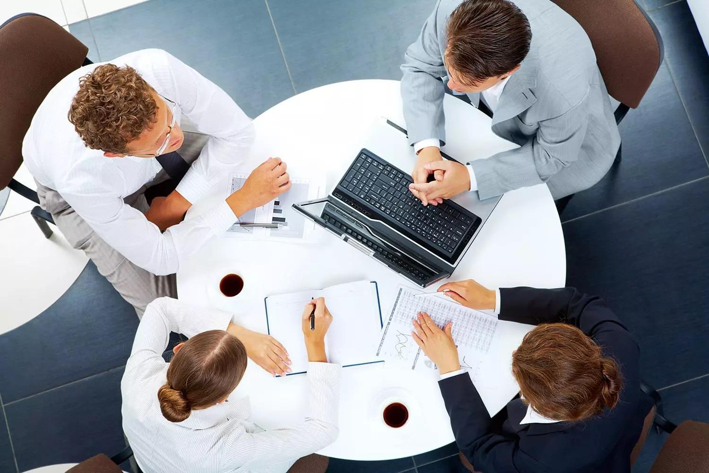 Сотрудники банка обсуждают возможность открытия счета клиенту